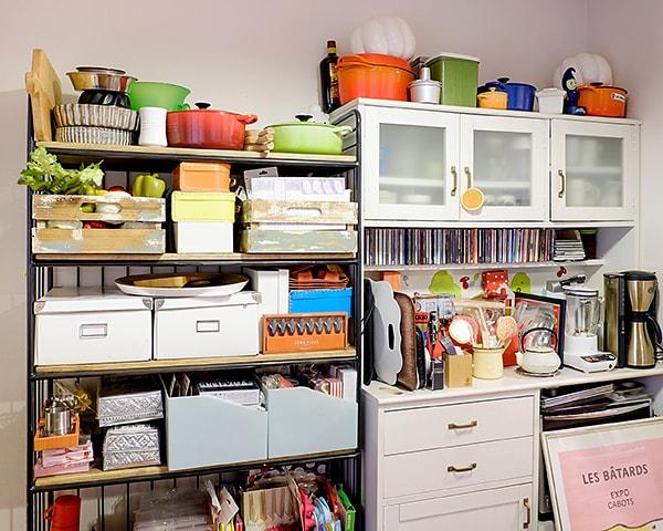 仕事に使うキッチンツールやお気に入りのCDなどが、いつでも取り出せる状態に整理された収納棚
