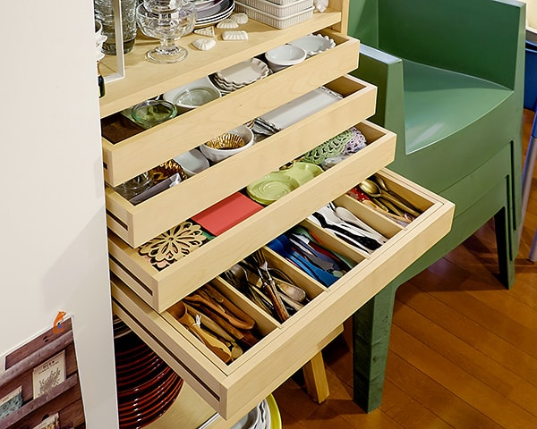 収納しづらい小物やカトラリーも、用途、素材、サイズで分け、ひと目でわかるように整理されている