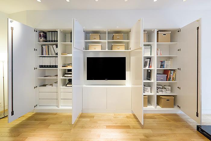 洗練されたシャープで美しいデザインの収納家具は、利便性だけでなく安全性にも配慮。部屋で過ごす時間に新たな快適さをプラスしてくれます