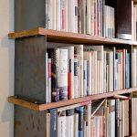 多様なサイズの本を、ジャンルごとに効率よく並べられるよう設計された本棚。棚の支えと仕切りは薄いスチールを使用。高い強度を保ちつつ、見た目もすっきり