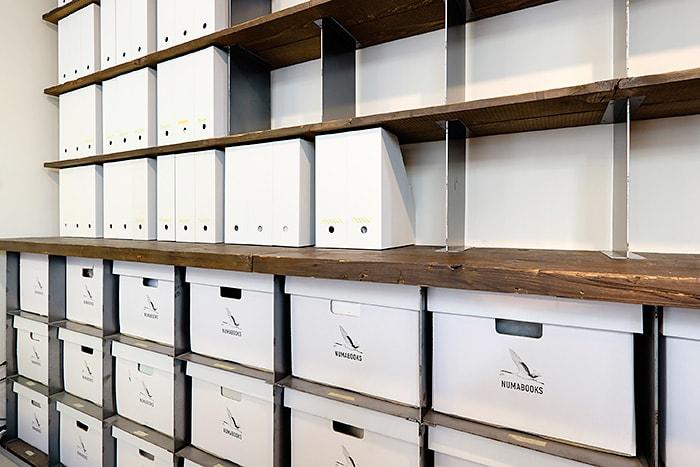 自宅の書棚と同じ素材で建築家の田中裕之さんにオーダーしたラック。簡素になりがちな書類管理用の収納アイテムも古材と組み合わせることで、あたたかい表情に