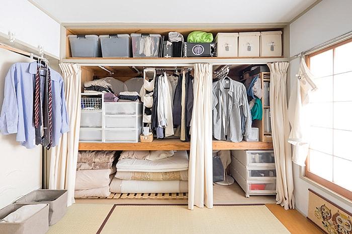 備え付けのふすまを取り外し、ひと目で全体を見渡せる状態に整えられた本多さん宅の押し入れ。天袋には、シーズンオフの衣類や日頃使用しない想い出の品などを収納。ストレージケースにラベルを貼り、なにが入っているのかを家族で共有しています