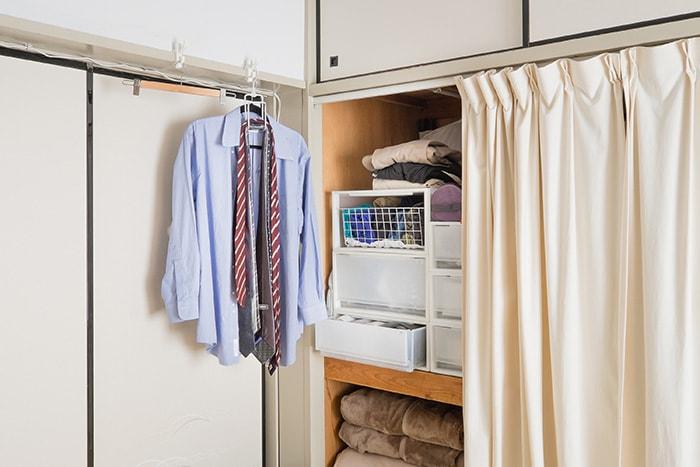 動線を意識したご主人の衣類スペース。カーテン全開にする必要なく、このスペースに立ったまま着替えが完結する仕組みに