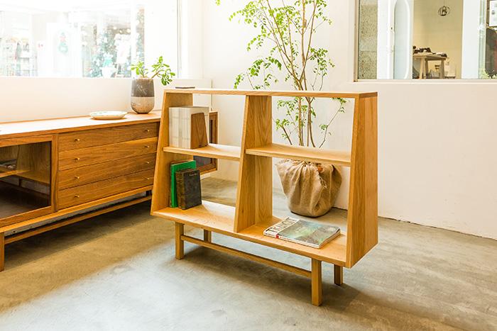 背の高さを抑えて、収納力を横に持たせた腰高のブックケース ワイド。注文を受けてから制作されるオリジナル家具は、1点1点職人の手作業で作られています。背板がないので空間のセパレーションとして活用も