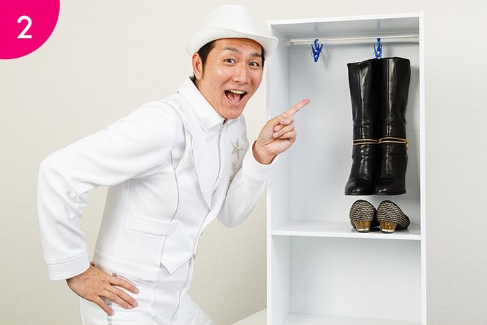 棚板を外した方のカラーボックスに ひも付き洗濯バサミをとおしたつっぱり棒を 正しく取り付け、ブーツを吊るして収納。