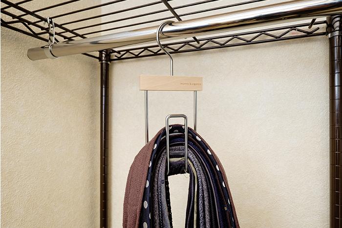 ネクタイをさっとかけ、選ぶときは片手で引き上げるだけの便利アイテム。 約20本のネクタイが掛けられ収納力も抜群