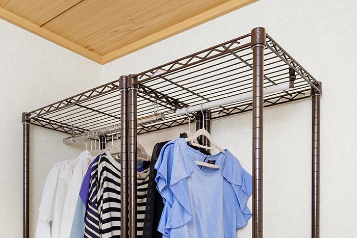 衣類のサイズや丈の長さに合わせて自在にハンガーバーを自在に増やすことができる「ハンガーブランコ」(収納の巣)。縦のスペースをムダにしません。