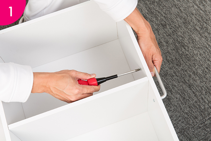 組み立てた2段カラーボックスを寝かせて、側面にビスで取っ手を取り付けます。