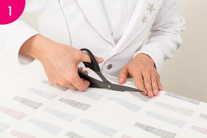 コルクボードのサイズに合わせて、ファブリックを裁断。ボードのサイズより3〜4㎝ほど大きく切っておくと留めやすくなります。