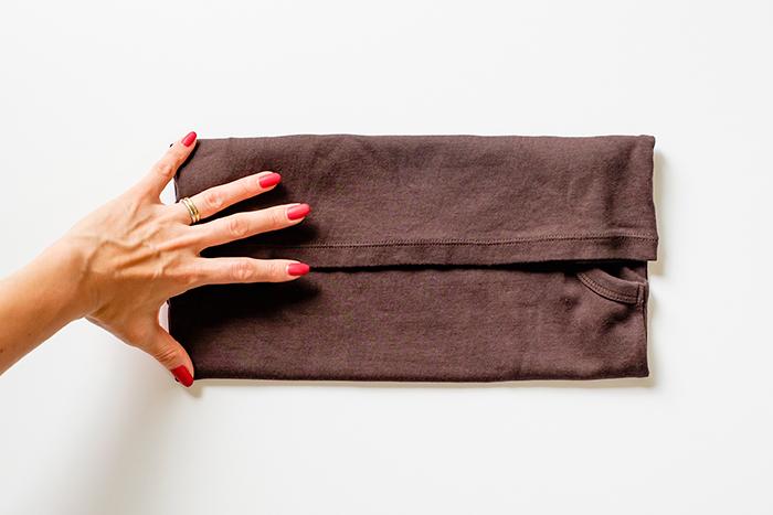 4.指を広げた手幅になるように裾を上に折りたたむ ※すべての手の幅を基準にたたむとサイズが美しくそろいます