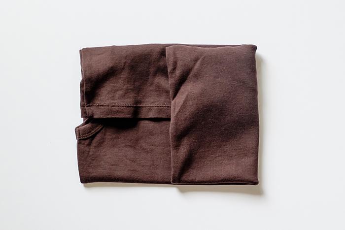 5.裾の部分が内側にくるように、横幅が3等分に折りたたむ