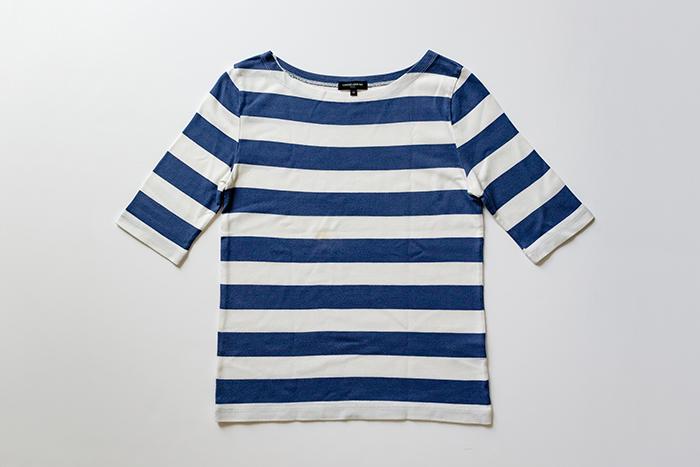 1.Tシャツの前側を上にして置く