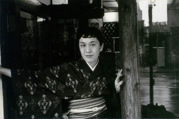 結城紬を着る白洲正子。銀座「こうげい」にて。