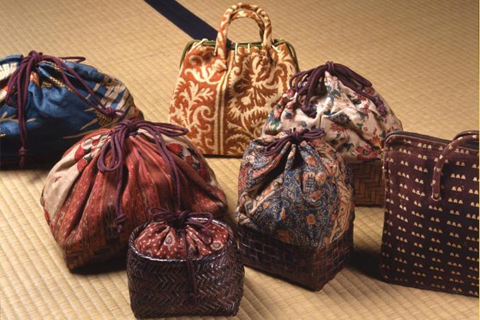 竹籠と更紗を組み合わせた袋物など 撮影=伊藤千晴