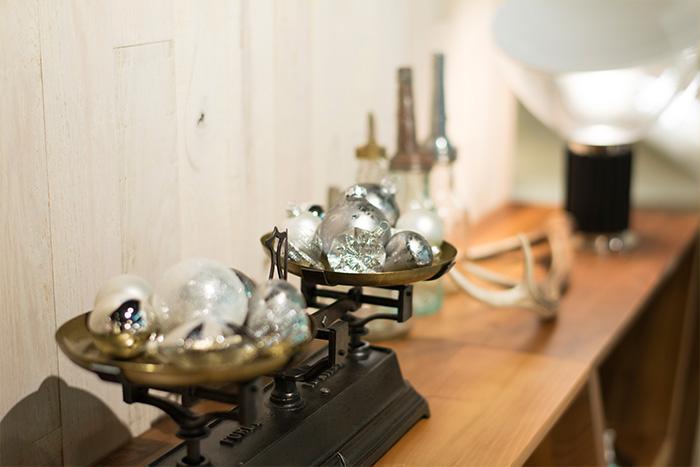 シェルフの上には、シルバーのオーナメントを飾ったヴィンテージの天秤やガラス瓶、フロスの照明《タッチア》のスモールサイズを設置しています。