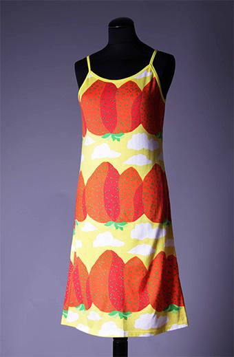 ドレス、服飾デザイン:ミカ・ピーライネン、2001年  ファブリック≪マンシッカヴオレト≫(イチゴの山々)、図案デザイン:マイヤ・イソラ、 1969年 Design Museum / Harry Kivilinna