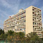 戦後の住宅難解消を目的として、1945年にフランス復興省の依頼を受け設計された「ユニテ・ダビタシオン」の外観。1952年に完成した集合住宅の金字塔です。