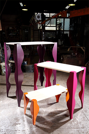 柳生さんデザインのオリジナル家具、「SURA」。女性の脚をモチーフにしたエレガントなテーブル。