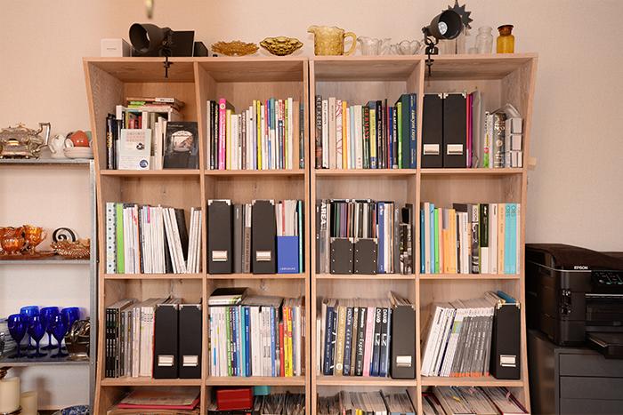 仕事用の本棚も、黒の書類ボックスを利かせてスッキリと。本棚の上には、ガラスの器が並んでいます。