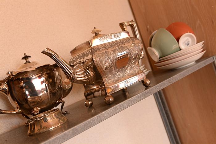 銀食器やティーカップも、さっと使えるように配置しています。ティーカップの置き方は、見習いたいアイディア。