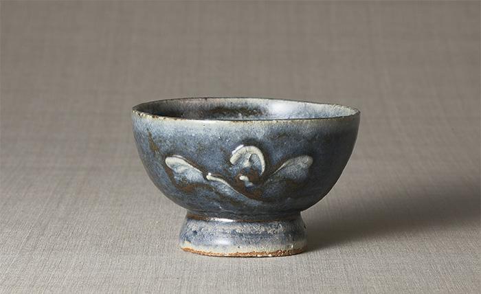 呉須筒描花文茶碗 河井寛次郎 1950年頃 径13.7cm 写真提供/日本民藝館