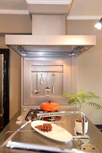 ステンレスが美しいキッチン。使いやすく、かつ飾って絵になるアイテムを厳選。