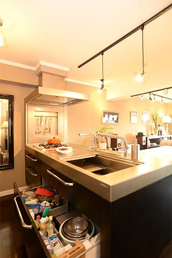 キッチンカウンターは大きい分、収納力も高く、お気に入りだとか。