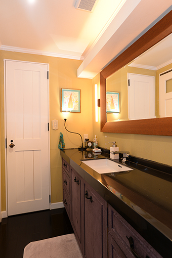 横幅のある鏡も設置。美しいパウダールームには、生活感がありません。