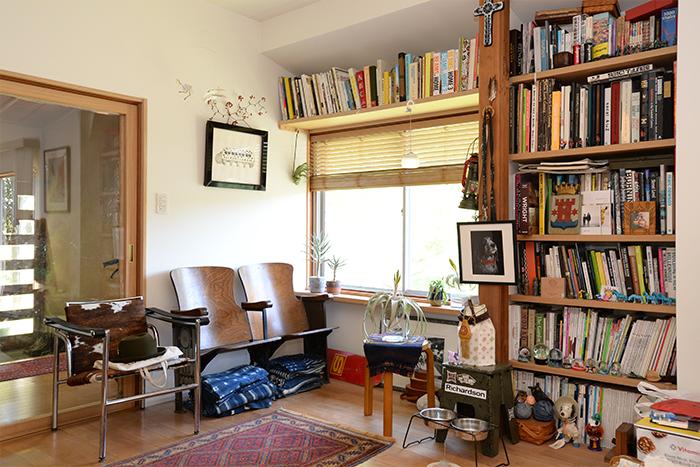 リビングにあるライブラリー。インテリアに関する本や洋書の並べ方、植物や雑貨のレイアウトはどれもさりげなく、素敵です。