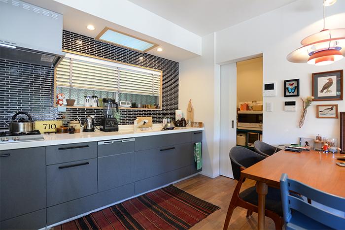 「家具のように見せたい」とこだわってつくったキッチン。タイルや、黒い金具が印象的です。