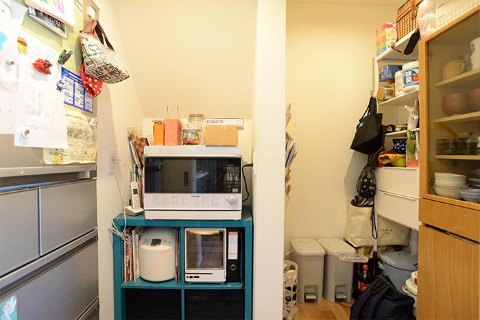 扉の中には、食器棚やゴミ箱など、生活感の出やすいものがすべて収納されていました。