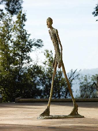 アルベルト・ジャコメッティ《歩く男Ⅰ》1960年 ブロンズ マルグリット&エメ・マーグ財団美術館、サン=ポール・ド・ヴァンス所蔵 ©︎Archives Fondation Maeght, Saint-Paul de Vence (France)