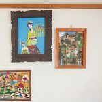 【自宅】仕事部屋には旅先で買った絵やオブジェが並ぶ