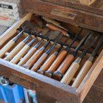 【工房】引き出しには譲り受けた大工道具が整然と並ぶ