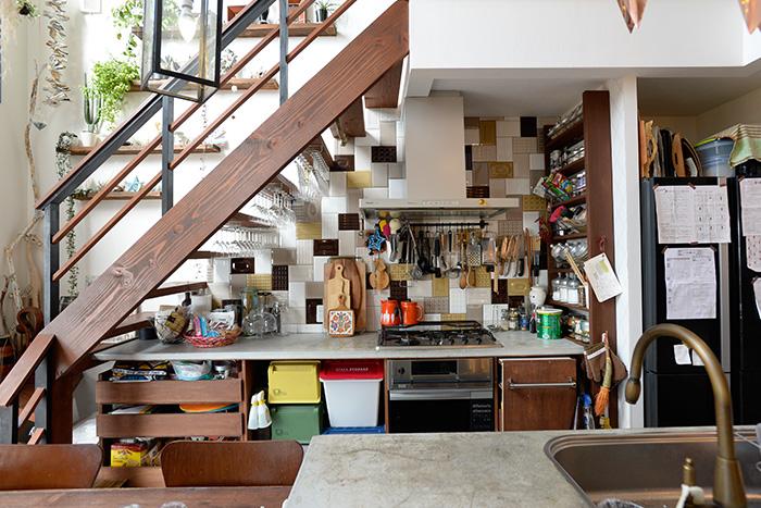 徹底的に動線を考えてつくったというアイランドキッチン。壁のタイル、キッチングッズの色にまでこだわってディスプレイされています。