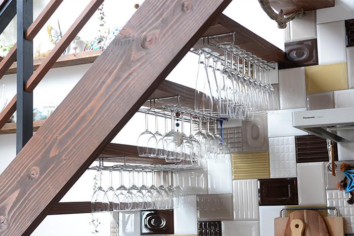 階段を活かし、ワイングラスホルダーを設置。