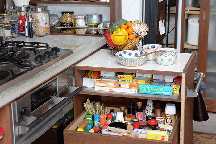 キッチンワゴンも神崎さんのオリジナル。 引き出せば天板が作業台にもなる優れもの。