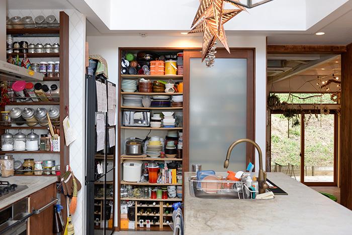 壁に組み込んだ食器棚。スライド式炊飯器ラックやワインラックなど、工夫がいっぱい!