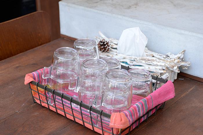 ダイニングテーブルには、大勢にもすぐに対応できるよう、グラスを重ねて籠にまとめてあります。