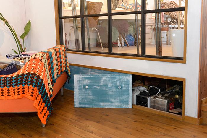 アトリエの床下全体に広がる収納スペース。ふだんは蓋をし、ソファで目隠しされています。