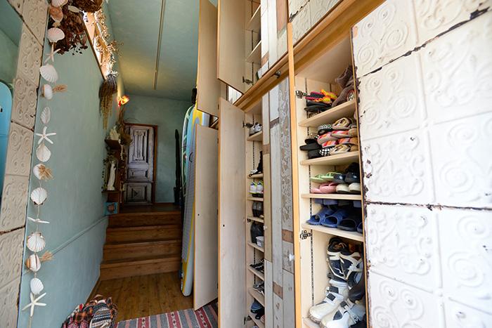 玄関には、大容量のシューズボックス。その上にも収納を設けてあります。