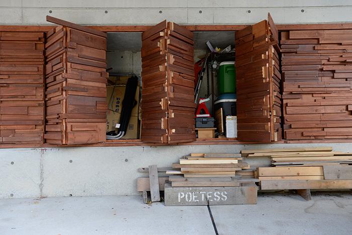 ガレージにできたデッドスペースもしっかり収納に。神崎さんがデザインし、ご主人が造作した屋外の収納スペース。キャンプの後、道具を一度入れ、ここで乾燥させてから室内へ収めるそう。