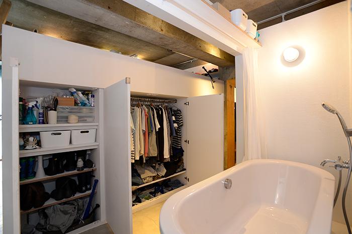 収納の扉を開ければ、小さな脱衣スペースにもなります。衣類もすぐに取り出せて、便利。