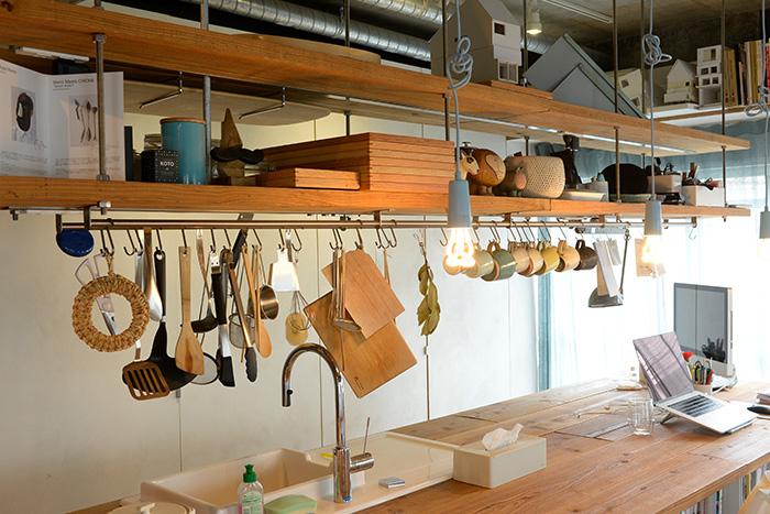 調理器具やマグカップは、使いやすい配置で吊るされています。