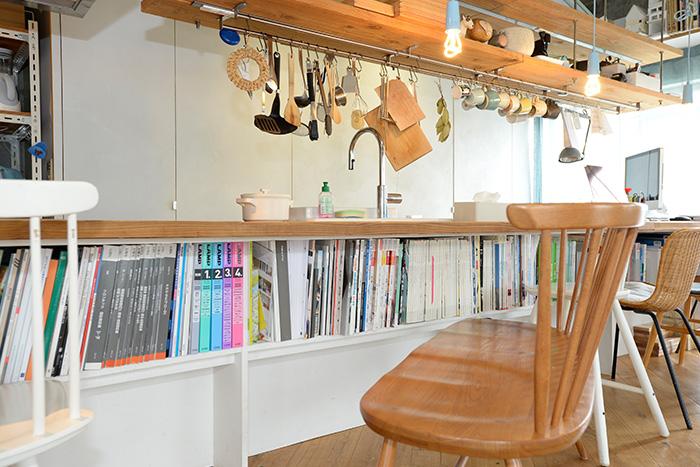 キッチンのカウンターテーブルの下は、雑誌サイズもすっきりと収まる書棚。
