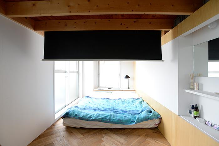 寝室の天井梁部分には、ロールスクリーンを収納。下げれば目隠しにも使える上、夜にはプロジェクターで家族の映画館に早変わり。