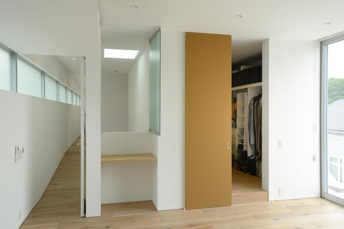 2階主寝室からの眺め。左側に見えるスロープは子ども部屋前の廊下につながり、右側のWICを通って奥の書斎へ行くことができます。
