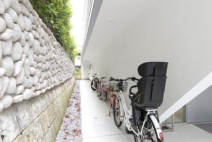 隣地擁壁の崩落対策のため、1階だけセットバックしたスペース。自転車置き場などに最適です。