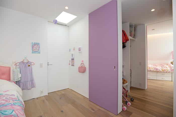 もう一つの子ども部屋。WICの扉は、娘さんの希望通り、ラベンダー色に。