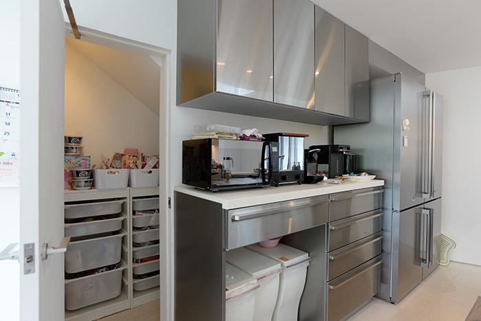 キッチンからすぐに出入りできる場所に、もう一つの外階段下を活用して、パントリーを設置。扉を閉めれば生活感もありません。
